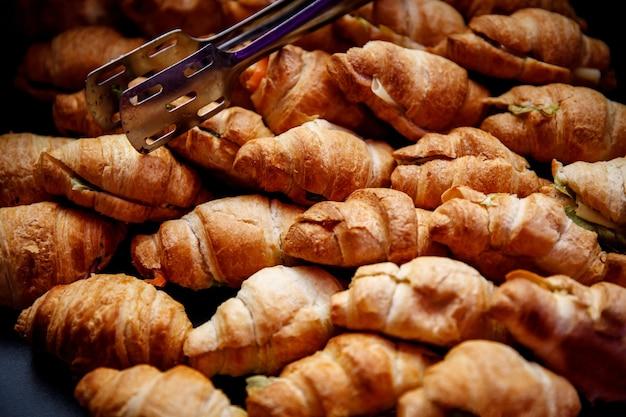Un sacco di croissant sul catering per eventi. Foto Premium