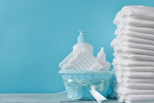 Molti pannolini e prodotti per l'igiene del bambino con un posto per il testo