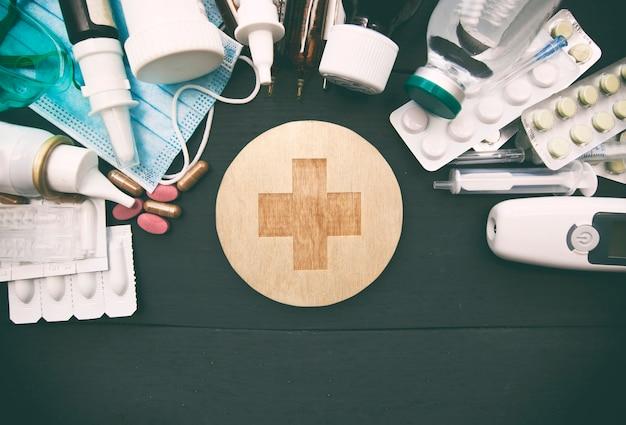 Molte droghe, pillole e altra medicina differenti sulla tavola di legno