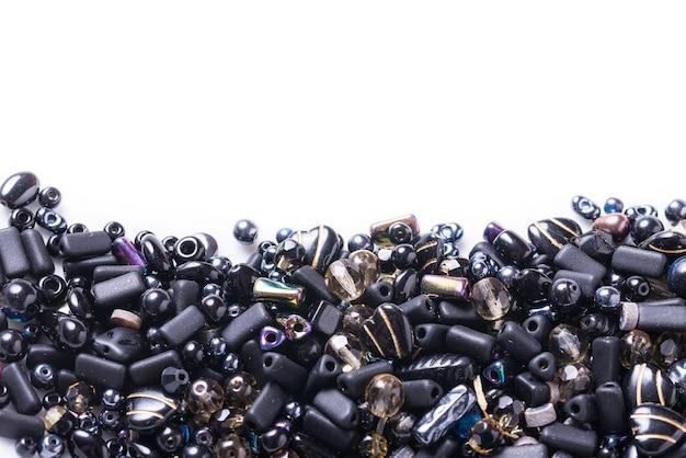 Lotto di diverse perle di vetro, perline su sfondo bianco
