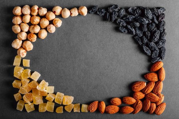 Lotto di frutta secca su uno sfondo nero