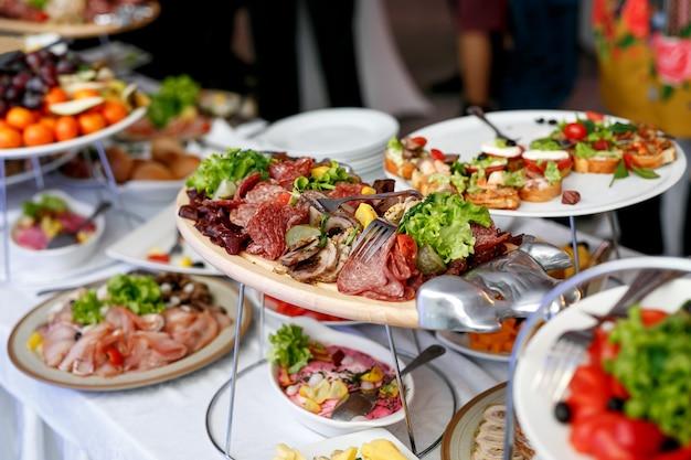 Un sacco di cibo e snack nel catering per eventi