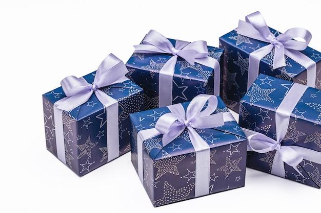 Lotto di scatole regalo sulla superficie bianca. natale e altre festività concetto.