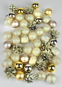 Molto personale natalizio dorato su sfondo chiaro.