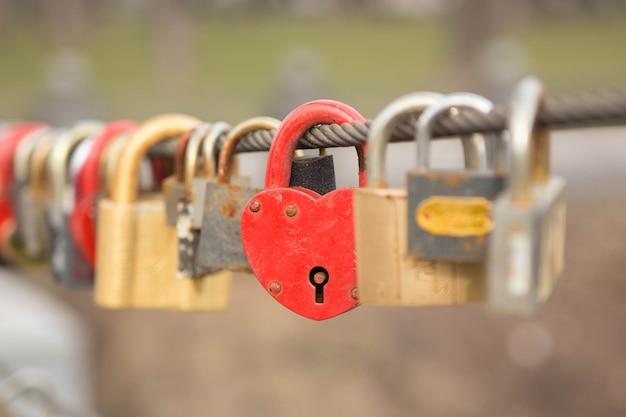 Molte serrature d'amore appese a una corda