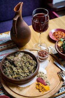 Un sacco di cibo a base di carne sul tavolo. cucina georgiana