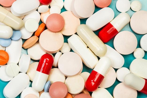 Lotto di pillole e capsule mediche in una vista dall'alto e in una vista ravvicinata