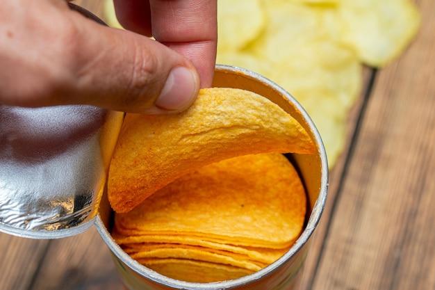 Sacco di patatine arancione in confezione tubo da vicino