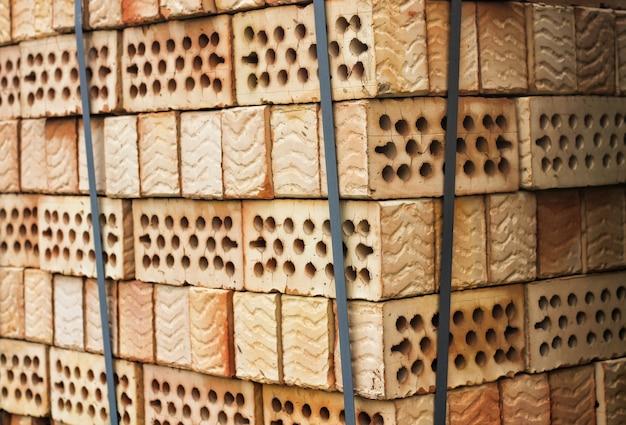 Lotto di pile di mattoni di argilla rossa con buchi