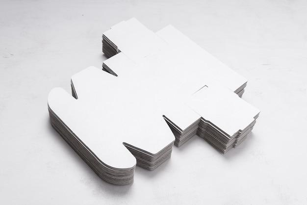 Lotto di scatole di cartone spiegate su scrivania in legno