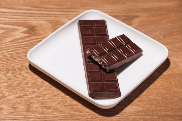 Un sacco di varietà di cioccolatini in scatola su fondo di legno bianco