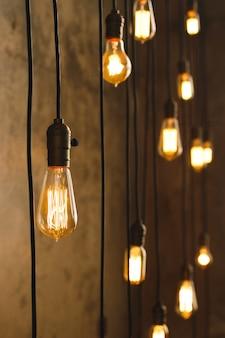 Molte lampadine a filamento vintage che pendono dal soffitto