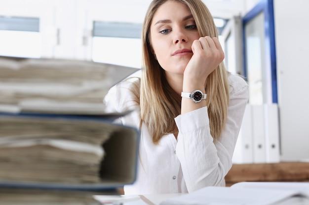 Molto lavoro aspetta una donna stanca ed esausta