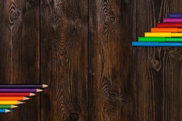 Un sacco di pennarelli assortiti e matite di colori con copyspace