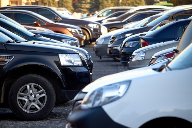 Molte automobili in un parcheggio aperto, fuoco selettivo