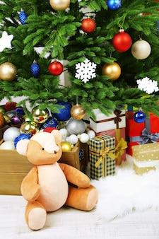 Molti regali di natale sul pavimento in interni festivi