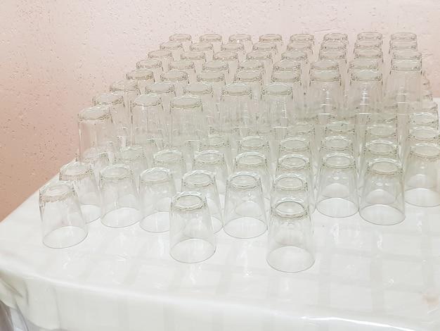 Un sacco di bicchieri di vetro vuoti puliti sul tavolo, servizio nella caffetteria dell'hotel?