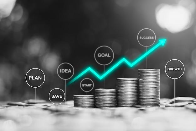 Molte monete disposte con icone tecnologiche in alto, l'idea di iniziare un inizio finanziario verso l'obiettivo.