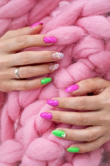Molte mani di manicure di colore lucido hanno diverse macchie