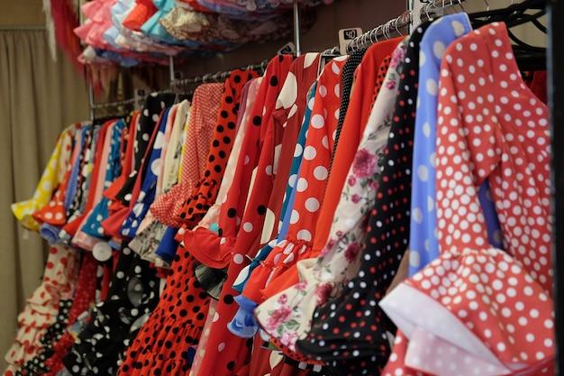 I tanti coloratissimi abiti tradizionali di flamenco nel negozio di souvenir in spagna.