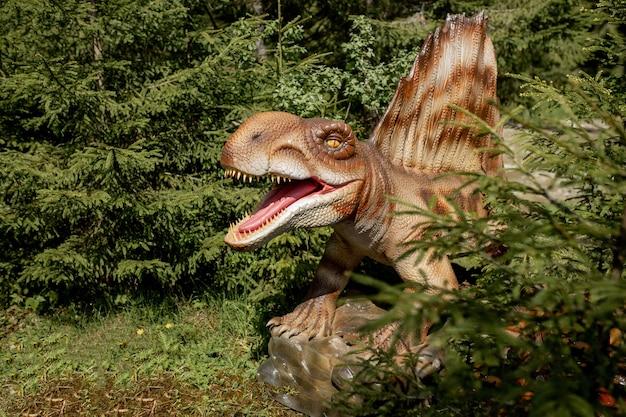 Molti dinosauri diversi nel parco