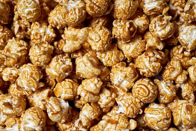Un sacco di popcorn con primo piano dolce al caramello per i film