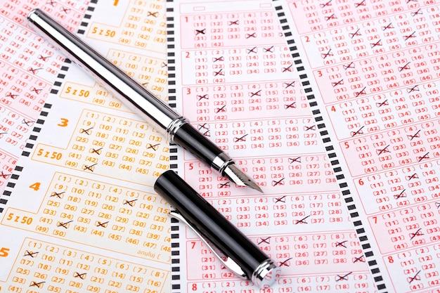 Biglietti della lotteria con una penna