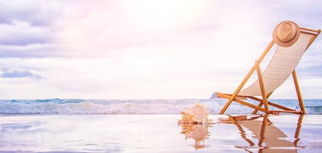 Lettino e borsa sulla sabbia vicino al mare