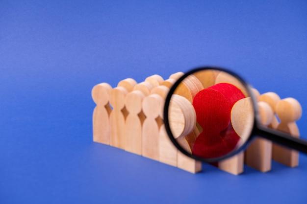Lente di ingrandimento che ingrandisce la visualizzazione alla ricerca di un nuovo candidato cv curriculum talento