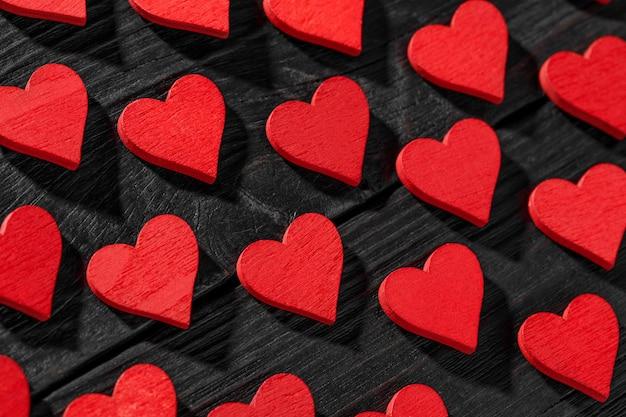 Concetto di amore per la festa della mamma e il giorno di san valentino. cuori di san valentino felice su fondo di legno.