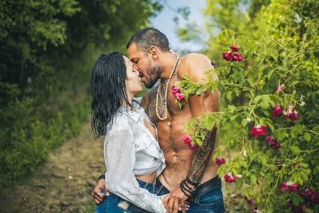 Concetto di amore. coppia amore passione. momento romantico. coppia sexy fa l'amore in giardino, passione