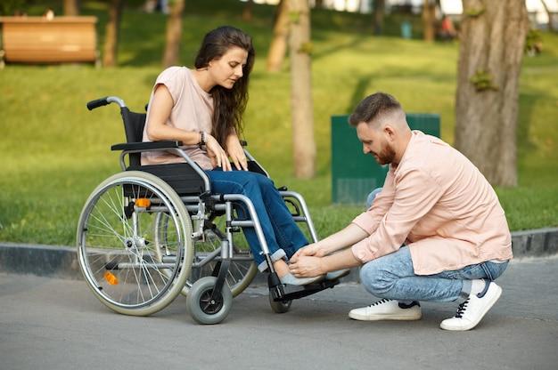 Coppia d'amore, cura della donna disabile in sedia a rotelle
