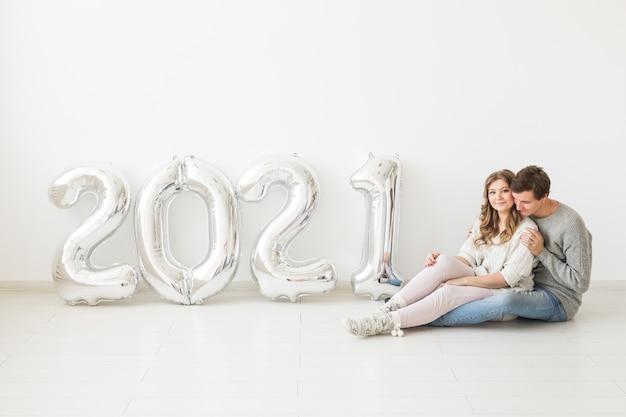 Amore coppia divertirsi e festeggiare il nuovo anno