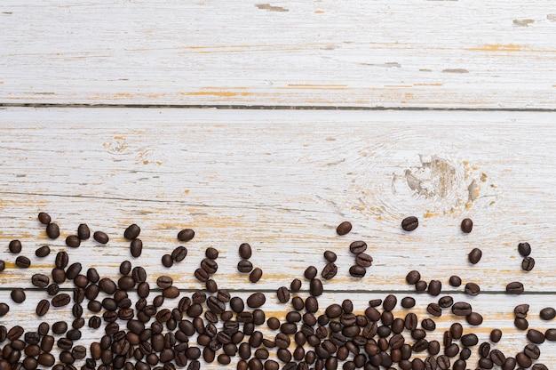 Amo bere caffè, chicchi di caffè sul tavolo