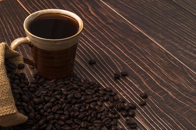 Amo bere caffè, tazze da caffè e chicchi di caffè sul tavolo
