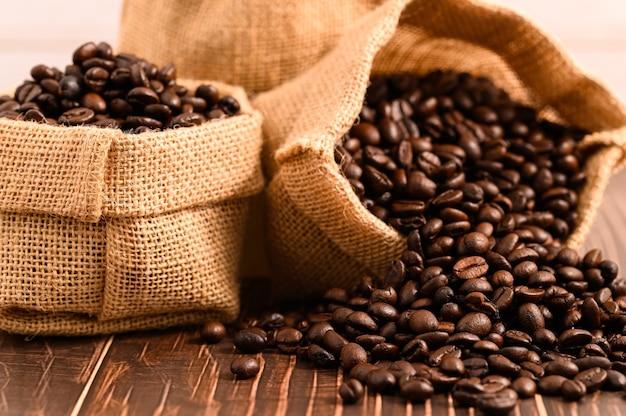 Adoro bere il caffè per ottenere energia.
