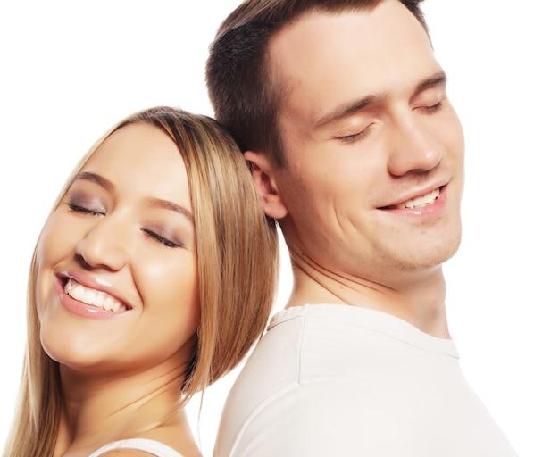 Concetto di amore, famiglia e persone: bella coppia felice che abbraccia su sfondo bianco.