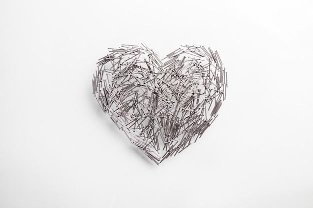 Amore cuore fatto di chiodi di ferro