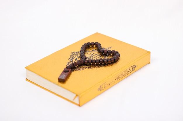 Amo il libro sacro corano e tasbih isolati su sfondo bianco