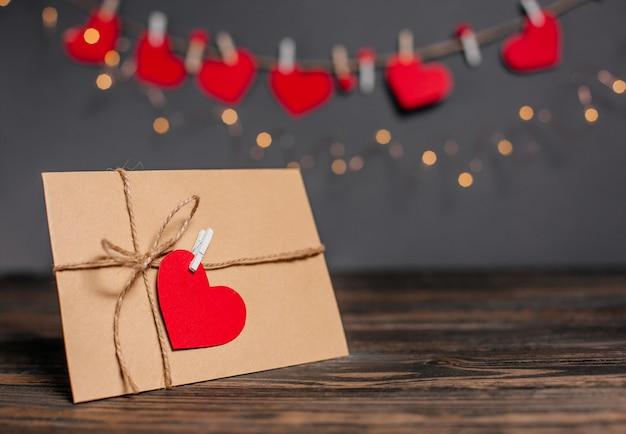 Lettera d'amore con un cuore su uno sfondo di luci