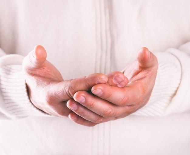 Le mani degli uomini. concetto di san valentino. biglietto d'auguri, regalo.