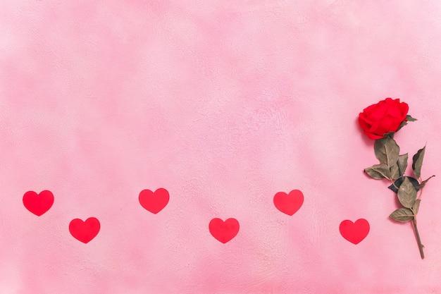 Messaggio d'amore, confezione regalo con bellissimi fiori, concetto di san valentino e concetto di incontri, copyspace, topview.
