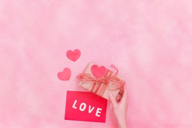 Messaggio d'amore, confezione regalo con bellissimi fiori, concetto di san valentino