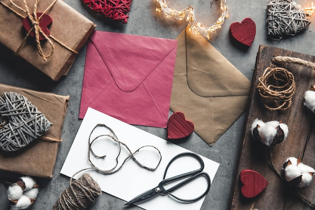 Messaggio d'amore il giorno di san valentino. preparazione, confezione regalo, fiori di cotone e cartolina