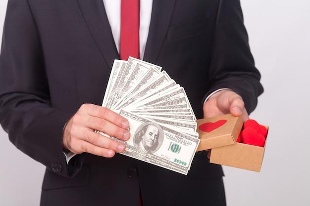 Amore o denaro che è meglio proporre l'uomo vestito