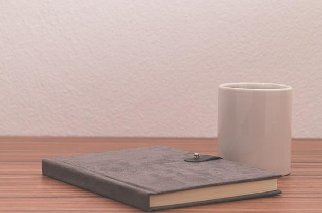 Amo leggere, scrivere libri, bere caffè