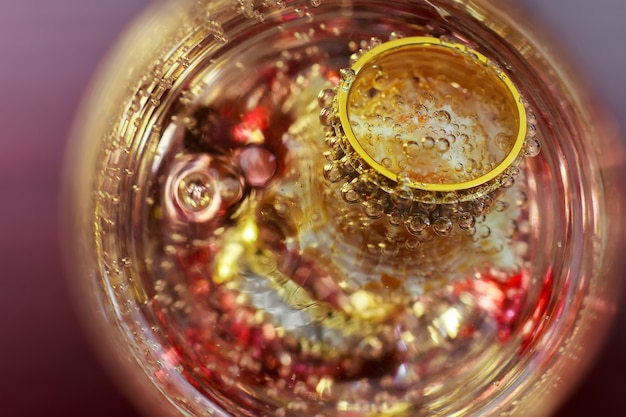 Anelli d'amore fedi nuziali bicchiere di champagne