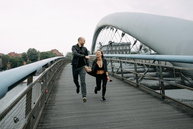 Una storia d'amore. un uomo e una donna vicino al ponte. relazione amorosa. tramonto d'autunno.