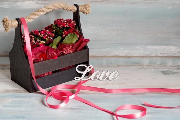 Ami il testo con il mazzo dei fiori come regalo per il giorno di biglietti di s. valentino