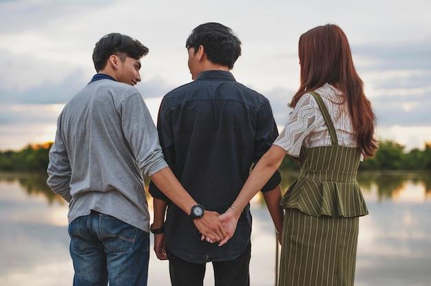 Adoro il triangolo di una donna. due ragazzi. ho un amore segreto che gli altri non conoscano quell'adulterio (gay, stesso sesso)